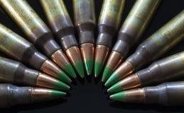Geweerpatronen met groene getipte kogels Royalty-vrije Stock Afbeelding
