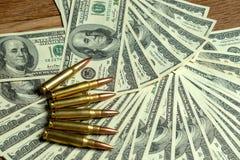 Geweerpatronen op dollarrekeningen Misdaad, betaald moordenaar, terrorisme, wapensverkoop royalty-vrije stock afbeeldingen