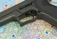 Gewehr über der Karte Stockfotos