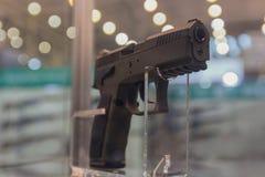 Gewehr auf einem Showfenster des Geschäftes stockfotos