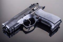 Gewehr auf Glastabelle Stockbild