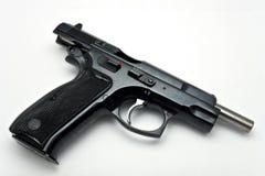 Gewehr aus Munition auf weißem Hintergrund heraus Stockbilder