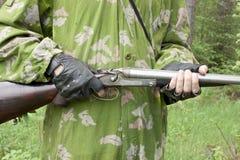 Gewehr in den Händen des Pfeiles Lizenzfreie Stockfotos