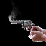 Gewehr in der Hand auf schwarzem Hintergrund Lizenzfreies Stockfoto