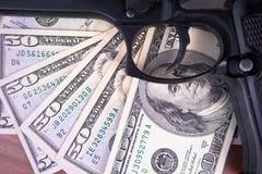 Gewehr, Drogen und Geld auf hölzernem Hintergrund Beschneidungspfad eingeschlossen Stockbild