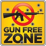 Gewehr-Freihafengebiet-Sturmgewehr-Zeichen mit Einschusslöchern Stockfoto