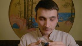 Gewehr Fu Cha Grüner Tee mit Cup und Teekanne stock video