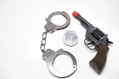 Gewehr, Handschellen und Abzeichen Stockfotos