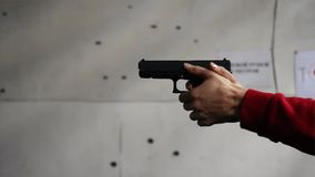 Gewehr ist Schussnahaufnahme Nahaufnahme der Pistole in der Hand Pistole, die Zeiten 1 geschossen wird Mann schießt ein schwarzes lizenzfreie stockfotografie