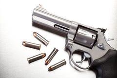 Gewehr mit Gewehrkugeln auf Stahl Lizenzfreies Stockbild