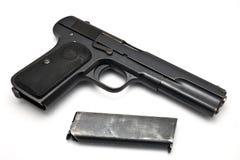 Gewehr mit Zeitschrift auf weißem Hintergrund Lizenzfreies Stockbild