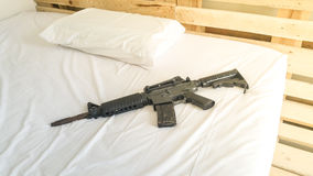 Gewehr setzte an ein bequemes Matratzen- und Kissenweiß Lizenzfreie Stockfotografie