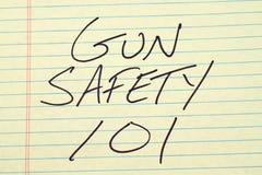 Gewehr-Sicherheit 101 auf einem gelben Kanzleibogenblock Stockbild