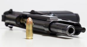Gewehr und Gewehrkugel Stockfoto
