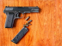 Gewehr und Gewehrkugeln auf hölzerner Tabelle Lizenzfreie Stockfotos