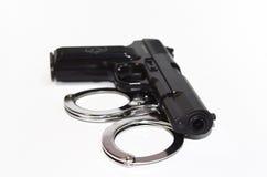 Gewehr und Handschellen Stockfotografie