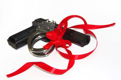 Gewehr und Handschellen für Geschenk Stockfoto