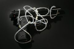 Gewehr und Juwelen über schwarzem, klassischem Mafiabild stockfoto