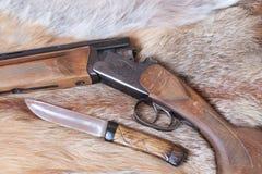 Gewehr und Messer Stockfotos