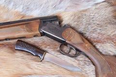 Gewehr und Messer Stockfotografie