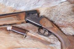 Gewehr und Messer Stockfoto