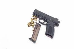 Gewehr und Munition lokalisiert auf Weiß Stockfotografie