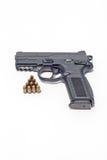 Gewehr und Munition lokalisiert auf Weiß Lizenzfreie Stockfotos