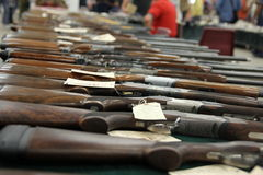 Gewehre auf dem Tisch, selektiver Fokus Stockbild