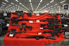 Gewehre auf dem Tisch, selektiver Fokus Stockbilder