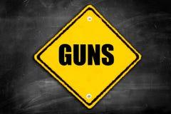 Gewehre geschrieben auf Vorsichtzeichen Stockfoto
