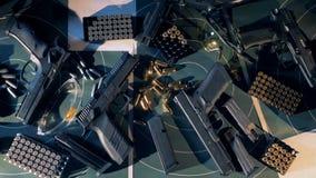 Gewehre mit Kugeln auf einer Tabelle an einem schießenden Raum 4K stock footage