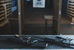 Gewehre mit Kugeln auf Tabelle im Schießstand Lizenzfreie Stockfotos