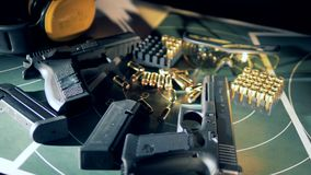 Gewehre und Kugeln auf einer Tabelle an einem Schießstand, Abschluss oben stock footage