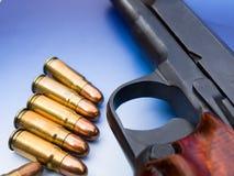 Gewehrkugel und Pistole stockbild
