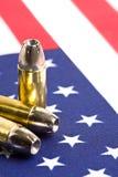 Gewehrkugeln über amerikanischer Flagge Stockfotos