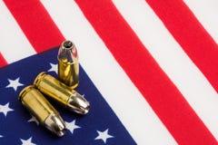 Gewehrkugeln über US-Markierungsfahne Stockfotos