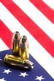 Gewehrkugeln über US-Markierungsfahne Stockbild