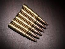 Gewehrkugeln auf der Tabelle Lizenzfreie Stockfotos