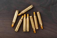 Gewehrkugeln auf hölzernem Hintergrund E lizenzfreie stockfotografie