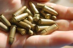 Gewehrkugeln in der Hand Stockbilder