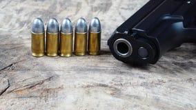 Gewehrkugeln und Gewehr Stockfoto