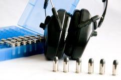 Gewehrkugeln und Ohrschutz Lizenzfreie Stockfotografie