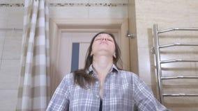 Gewekte vermoeide vrouw in de badkamers die haar gedachtengang in marror en de pogingen bekijken om in orde te zetten stock videobeelden