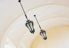 Gewelfd plafond met overladen ijzerlampen Stock Afbeeldingen