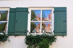 Gewelfd vensterglas die op huis in oude stad wijzen stock afbeelding