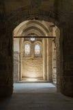 Gewelfde passage die tot een muur met twee aangrenzende vensters bij t leiden Stock Foto's