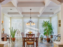 Gewelfde plafonds in luxe gele eetkamer stock fotografie