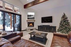 Gewelfde plafondwoonkamer met glasschuifdeuren aan een terras Royalty-vrije Stock Fotografie