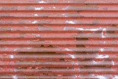 Gewellte Beschaffenheit der rostigen roten Farbe des Wellblechs Stockfotografie