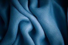 Gewellte Falten des blauen Hintergrundzusammenfassungs-Stoffes der Textilbeschaffenheit Stockfotografie
